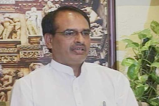 Shivraj Singh Chouhan gives medical aid to Cong leader who burnt his effigy