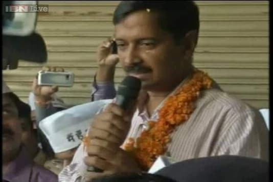 Kejriwal's gaffe, pays homage to 3 RTI activists who are alive