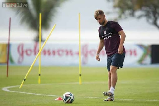 Luke Shaw made to train alone as not fit enough for Van Gaal