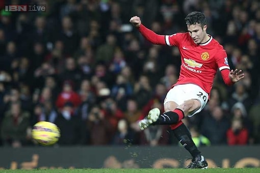 Manchester United offer Robin van Persie 5 million pounds to leave club