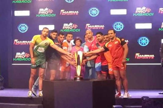 Captains of all the teams during the opening ceremony of Pro Kabaddi League Season 2. (Pro Kabaddi)