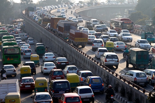 Traffic moves along a busy road in New Delhi. (File photo/Reuters)