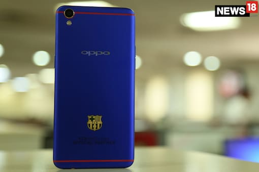 FC Barcelona Edition Oppo F1 Plus. (Photo: News18/Siddharth Safaya)