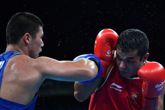 Vikas Krishan in action against his Uzbek opponent in 75kg pre-quarters. (Getty Images)