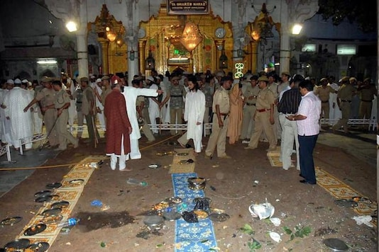File photo/Indian security personnel and onlookers stand at the site of a bomb blast at the shrine of Sufi saint Khwaja Moinuddin Chisty in Ajmer in 2007.(Image : Reuters)