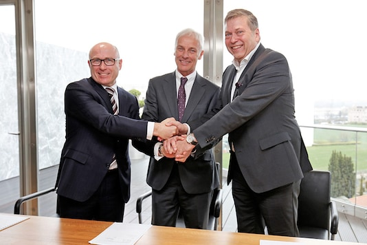 From left to right: Bernhard Maier, CEO of Skoda Auto, Matthias Müller, CEO of Volkswagen AG and Guenter Butschek, CEO & Managing Director of Tata Motors Ltd. (Photo: Tata Motors)