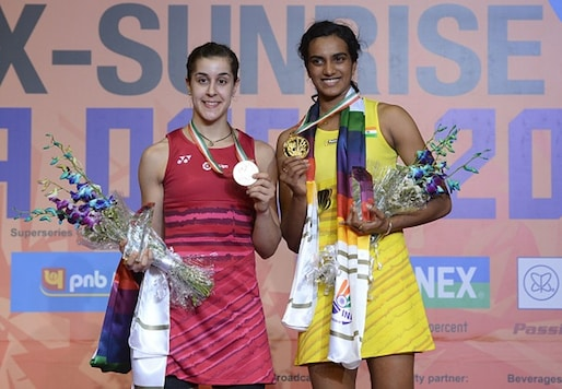 PV Sindhu (R) and Carolina Marin show their medals after Indian Open 2017 final. (Getty Images)