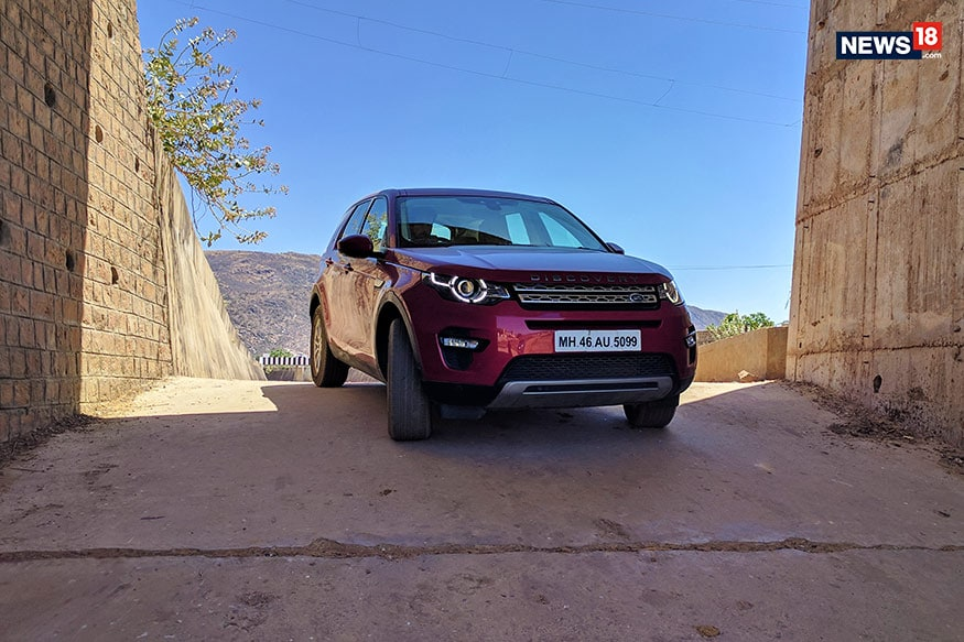 Land-Rover-Discovery-Sport-Travelogue-Canal-Run
