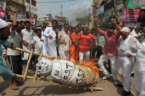 Traders burn an effigy of the Goods and Services Tax (GST). Representative image  (Image: AP)