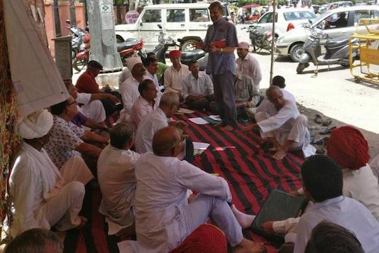 Rajasthan farmers sitting in solidarity with the farmers killed in Mandsaur.