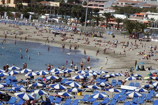 Authorities in Spain's Canary Islands have decided to keep beaches open but are warning people about the potentially irritating microalgae blooms that have infested the waters. (Photo courtesy: AFP Relaxnews/ DESIREE MARTIN)