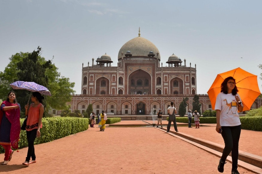 (Tourists visit Humayun's Tomb in New Delhi, India)