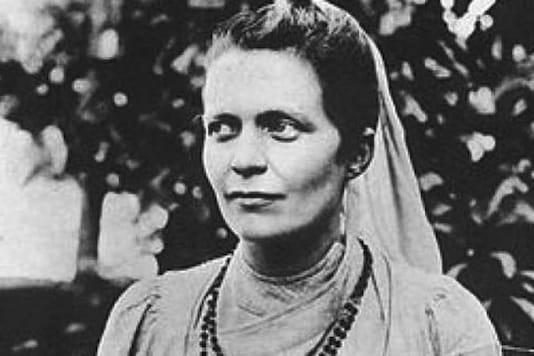 Sister Nivedita met Swami Vivekananda in 1895 in London and traveled to Kolkata in 1898.