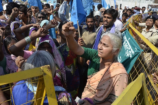 Narmada Bachao Andolan (NBA) leader Medha Patkar along with people affected by Sardar Sarovar Dam at a protest rally. (via Getty Images)