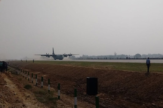 Indian Air Force Plane lands on Lucknow-Agra expressway during exercise to use highways as runways during emergencies on October 24, 2017. (Image: News18)