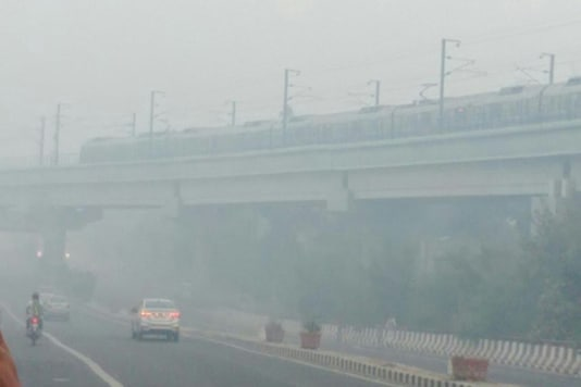 A thick haze engulfed Delhi on Friday morning as PM 2.5 and PM10 breached the safe limit by up to 10 times. (Photo: News18)