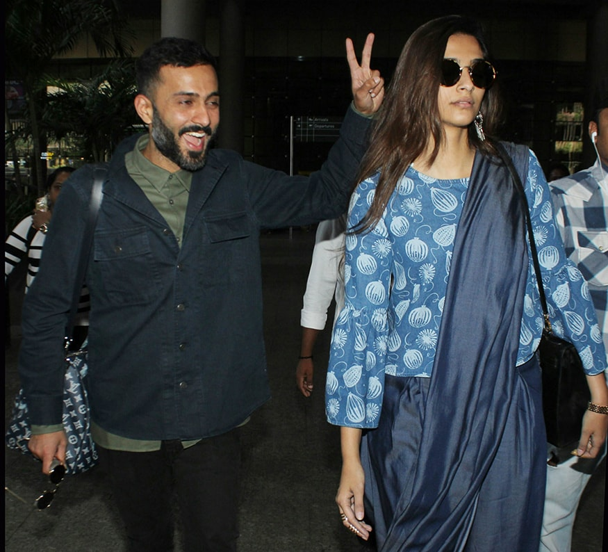 Sonam Kapoor and Anand Ahuja were spotted at Mumbai airport on November 22, 2017. (Image: Yogen Shah)