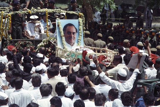 Mourners follow the coffin of former PM Rajiv Gandhi in New Delhi on May 24, 1991. (Image: Reuters)