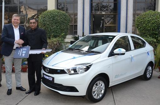 TML delivering first set of Tigor EV to EESL. (Image: Tata Motors)