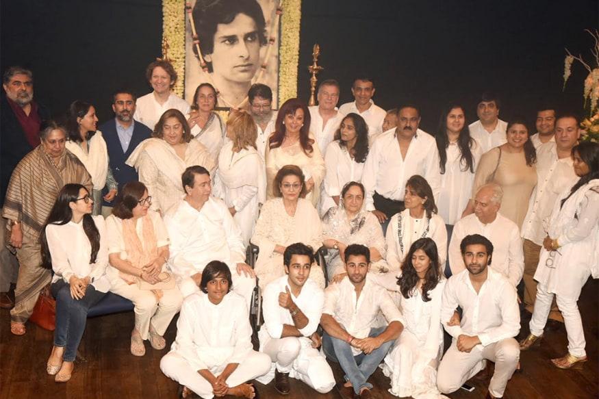 Shashi Kapoor Wife And Family >> Kapoors Unite For a Family Photograph At Shashi Kapoor's Prayer Meet - News18