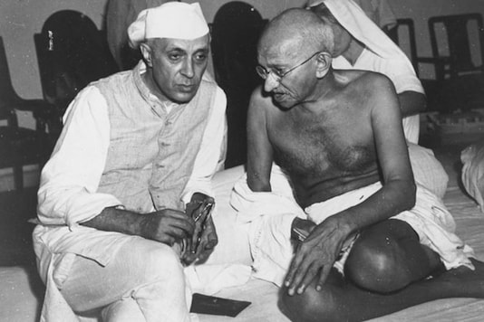 Mahatma Gandhi and Jawaharlal Nehru in conversation at the All-India Congress committee meeting.  (Image: Getty Images)