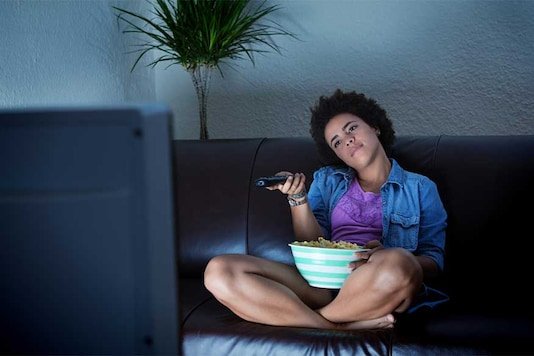 A new report has found that watching more commercial TV could lead teenagers to eat more unhealthy junk food. (Photo courtesy: AFP Relaxnews/ YinYang/ Istock.com)