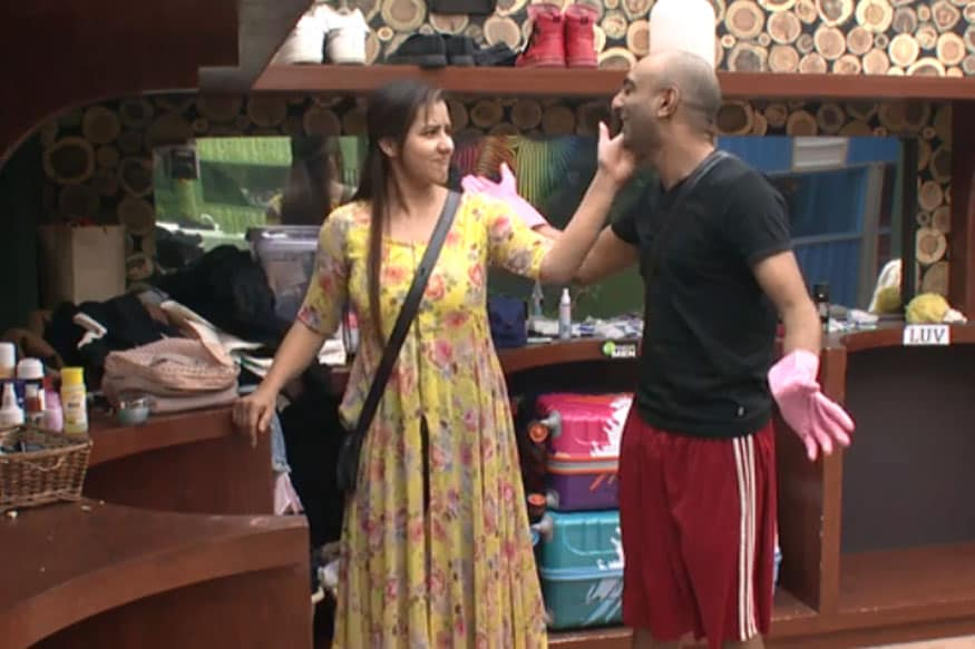 Bigg Boss 11: Akash Dadlani On Forcibly Kissing Shilpa Shinde: 'I'm 24 and She's 40, So I Only Look At Her As a Big Sister'