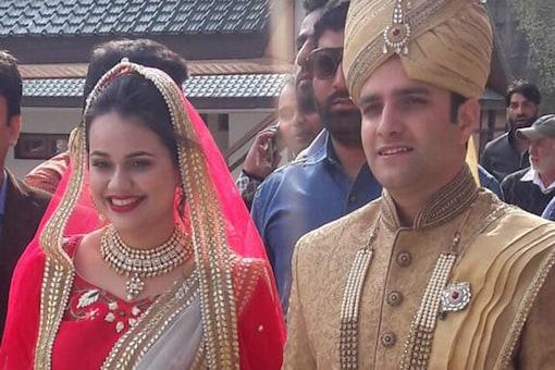Tina Dabi and and Athar Aamir-ul-Shafi Khan at their wedding. (Image: Tina Dabi/Twitter)