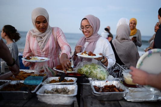 Muslim women take part in the last Iftar of Ramadan, ahead of Eid al-Fitr celebrations, on a beach in Long Branch, New Jersey, U.S., June 24, 2017. REUTERS/Amr Alfiky