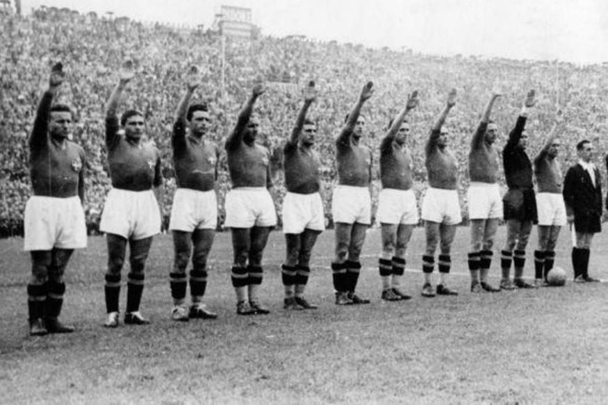 Italian team giving the fascist salute in the 1938 FIFA World Cup (Image: Twitter)