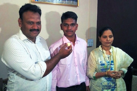 Karnataka Class 10 state board topper Mohammad Kaif Mulla (C) with his parents.