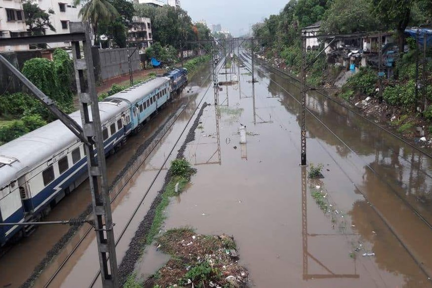 Mumbai-flood-train-1