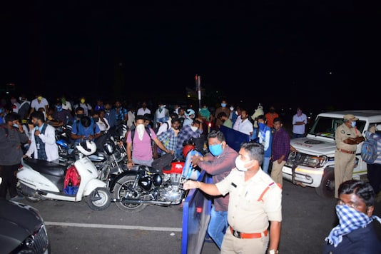 Hundreds of IT professionals and students from Hyderabad were stopped from crossing the Telangana-Andhra Pradesh border on Wednesday night.