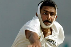 Anil Kumble bowls on with heavy strapping on his jaw. Image: AFP