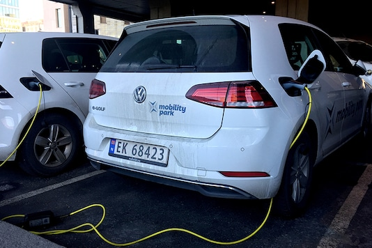 In a bid to cut carbon emissions and air pollution, Norway exempts battery-driven cars from most taxes and offers benefits such as free parking and charging points to hasten a shift from diesel and petrol engines. (Photo: Reuters)