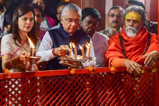 Mauritius PM Pravind Kumar Jugnauth offers prayers at Bade Hanuman temple in Prayagraj. (Image: PTI)