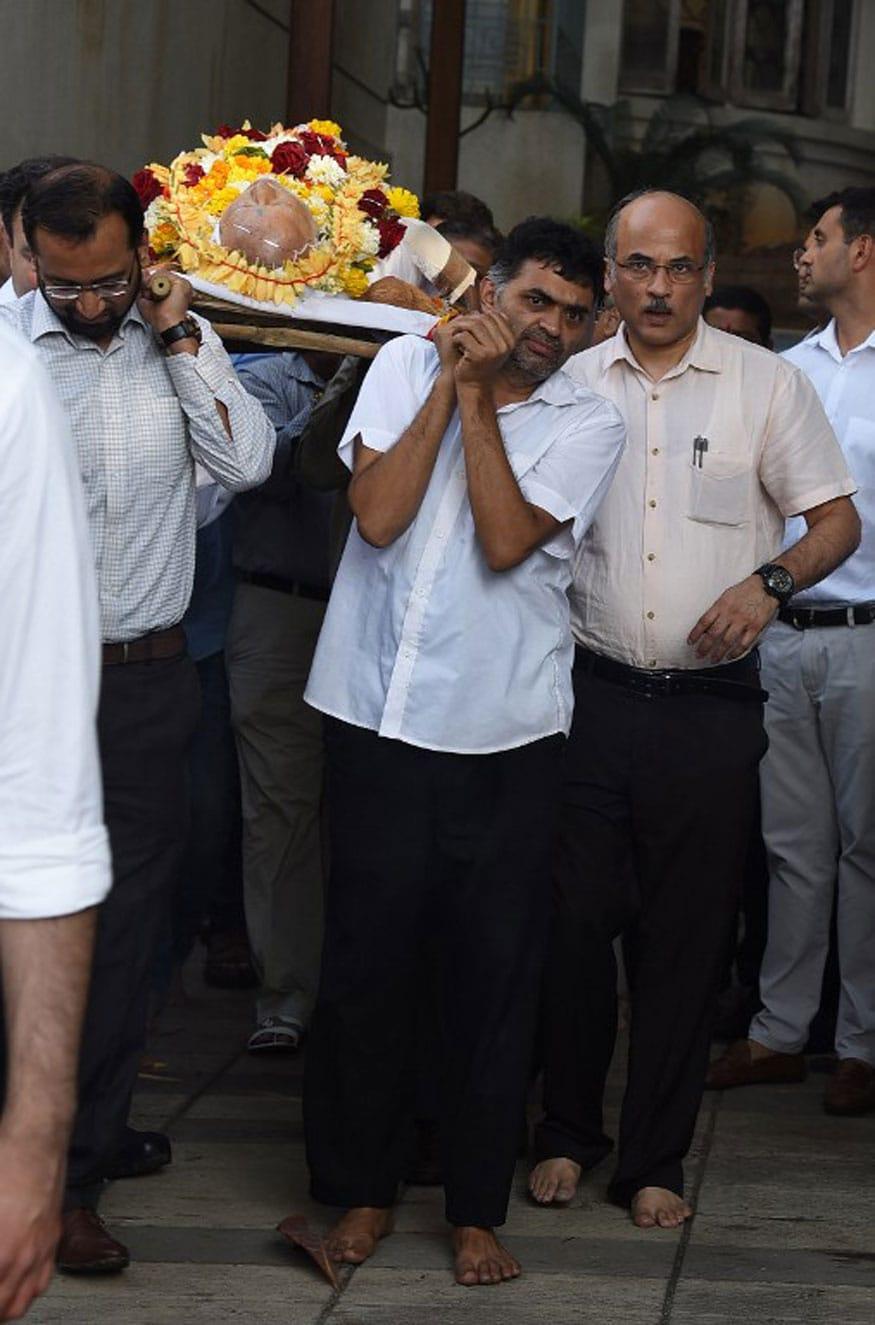 Sooraj Barjatya carries the body of his father, Rajkumar Barjatya