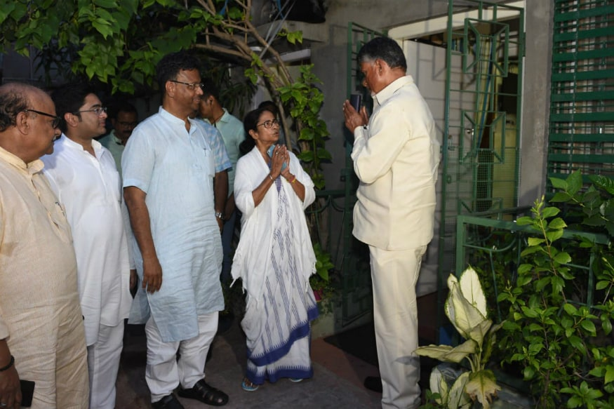 After Exit Poll Heartbreak, Naidu Meets Mamata; Discusses 'Non-BJP Govt' in Case of Hung Verdict