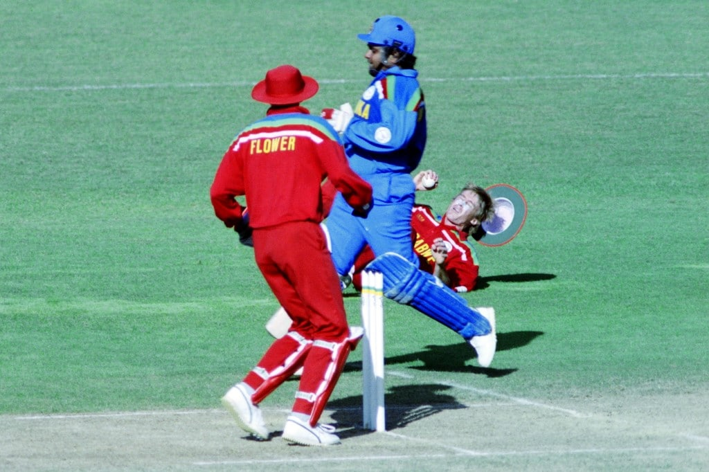 Zimbabwe's Wayne James (L) falls to the ground whilst trying to run out Sri Lanka's Arjuna Ranatunga (C) during the World Cup Cricket match between Zimbabwe and Sri Lanka on February 23, 1992 in New Plymouth. (Photo by Torsten BLACKWOOD / AFP)