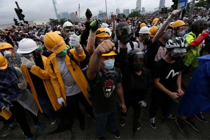 Hong Kong Shuts Govt Offices After Violence Ensues in Protests Over Extradition Bill