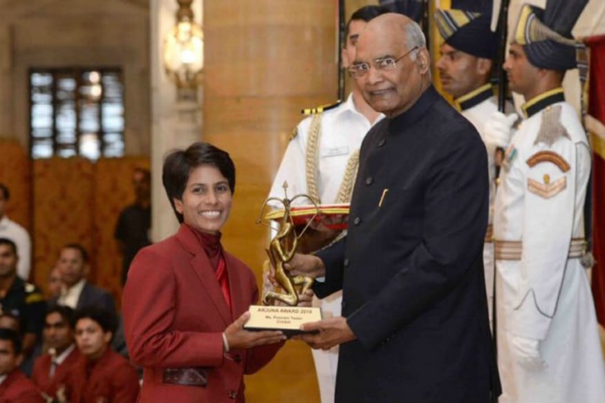 India's Poonam Yadav (left) receiving the Arjuna Award from President Ram Nath Kovind. (Source: Twitter)