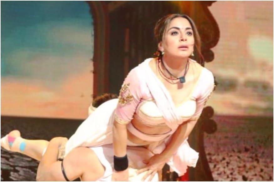 Shraddha Arya Suffers Head Injury While Performing on Nach Baliye 9, Actress Momentarily Blacks Out