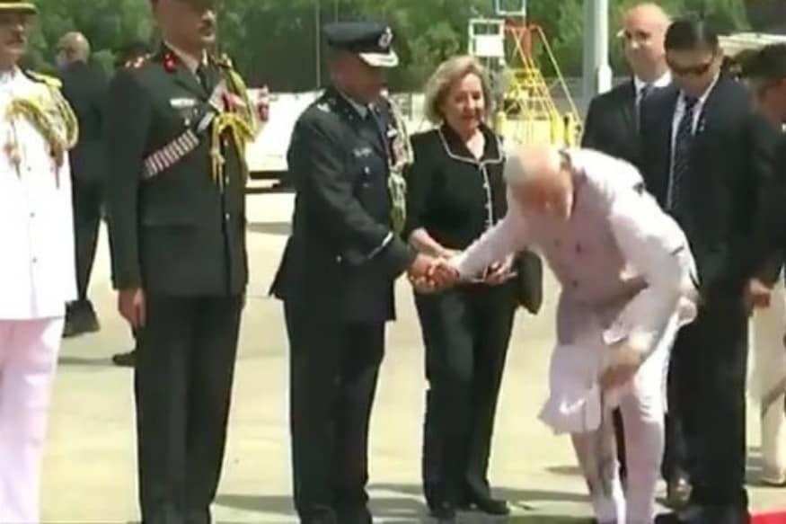 'Practices What He Preaches': PM Modi's Gesture at Houston Airport Leaves Netizens Impressed