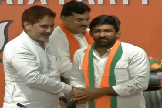 Yogeshwar Dutt (R) while joining the BJP.