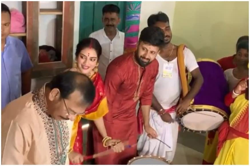 TMC MP Nusrat Jahan Plays Dhak Like a Boss with Husband to Celebrate Durga Puja in Kolkata