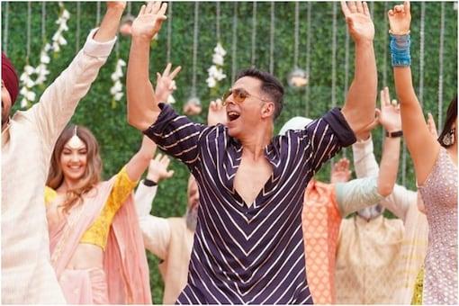 A still of Akshay Kumar from 'Good Newwz' song