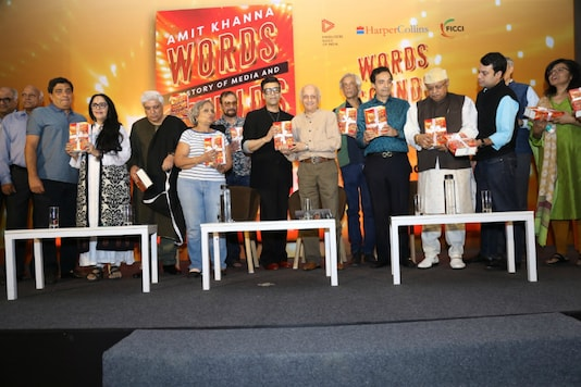 Filmmaker Amit Khanna along with top Bollywood celebs during the launch of his book in Mumbai (Credit: Simantini Dey/News18)