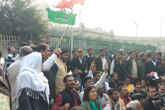 Congress workers protest outside UP assembly against the recent Unnao rape case. The victim succumbed to burn injuries on Saturday (News18)