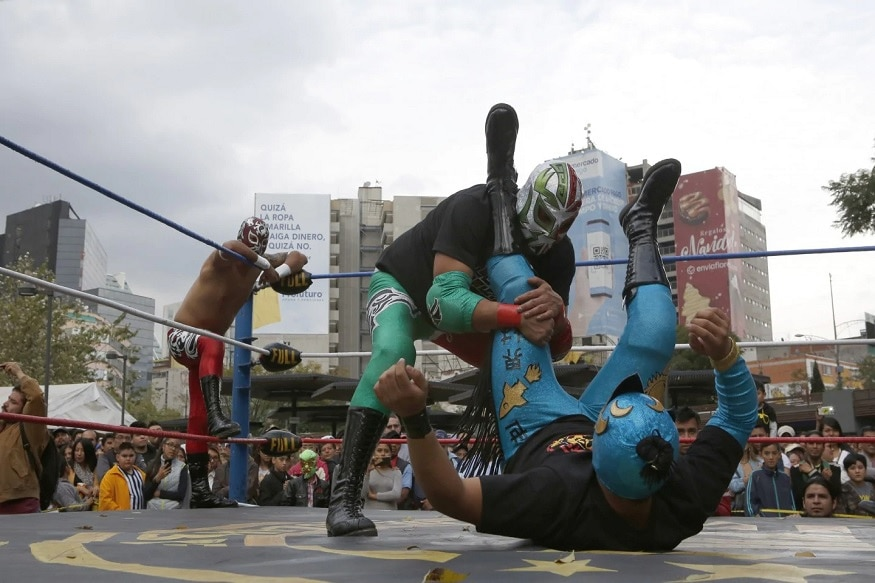 Mexican Wrestlers Thrill Public at Historic Metro Station