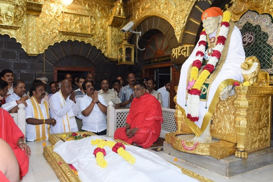 On Eve of Karnatka Bypolls Counting, JD Chief Deve Gowda Visits Saibaba Temple
